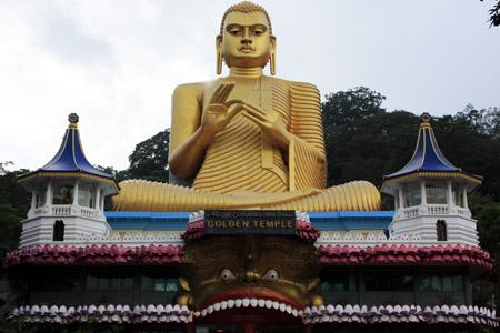Dumballa, il tempio moderno visibile dalla strada.