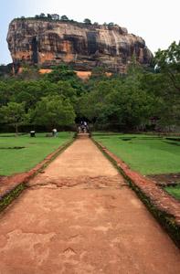 Sigirya. La roccia delle pitture rupestri vista dall'immenso giardino.