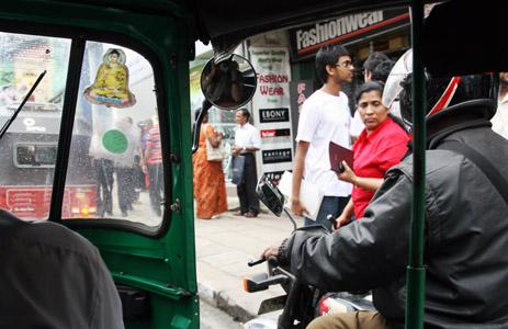 La strada dello shopping a Kandy.