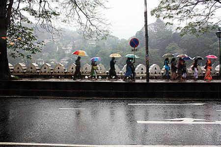 Kandy, passeggiata lungo il lago durante un acquazzone.