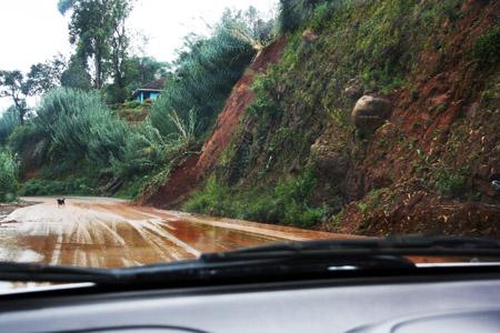 Una strada verso il sud dell'isola durante le fortissime piogge del 2011.