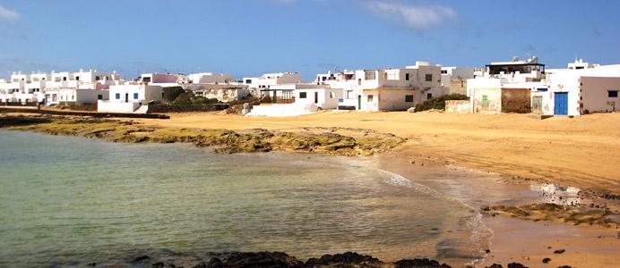 Isola La Graciosa. Caleta de Sebo. Baia vicino al porto di approdo dei traghetti provenienti da Lanzarote.