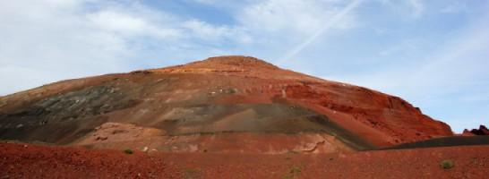 L'isola di Lanzarote è interamente ricoperta di vulcani spenti. Ogni vulcano ha colori differenti che variano dal nero assoluto, al grigio, al beghe, al rosso. In primavera si ricoprono di cespugli verdi.