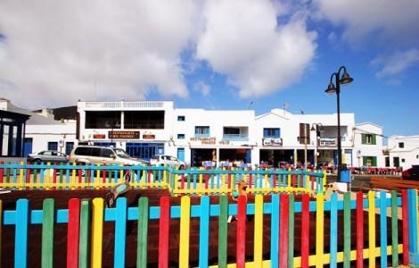 Orzola, a nord dell'isola di Lanzarote, famosa per la pesca e per essere il porto di partenza per l'isola della Graciosa. Numerosi i ristoranti che offrono pesce fresco.