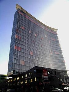 Berlino, il primo edificio ecologico; le finestre si spostano secondo la luce, qui si usa il raffreddamento a camino, come nei paesi dell'antico Medio Oriente, al posto dell'aria condizionata.