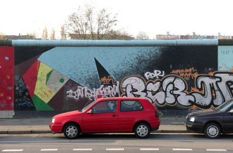 Berlino, arte anche sul muro.