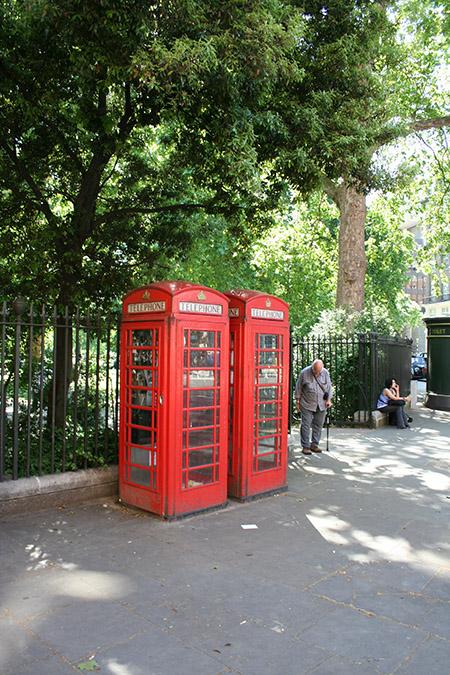 Londra, storiche cabine telefoniche.
