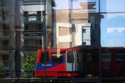 Londra, riflessi della nuovissima ferrovia che si spinge a sud del Tamigi