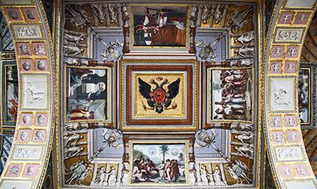 San Pietroburgo, Ermitage; loggia di Raffaello, realizzata da Quarenghi dove il simbolo dei Romanov sostituisce l'emblema del Vaticano.