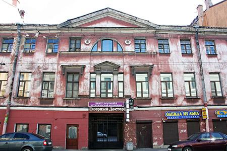 San Pietroburgo, palazzo con i segni della Seconda Guerra Mondiale.