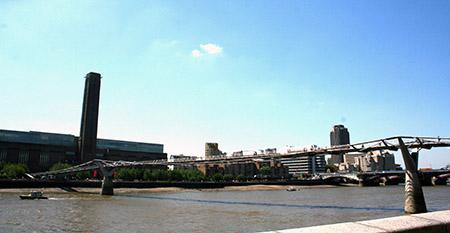 Londra, ponte sul Tamigi che collega la Tate Gallery