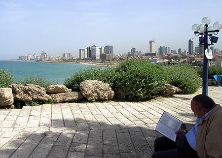 israel tel aviv 450 panor uomo che legge