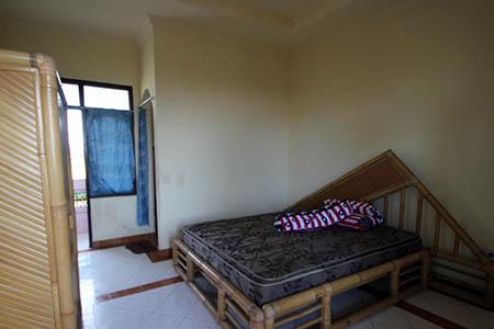 Bali alloggio sulla spiaggia nera con solo ventilatore