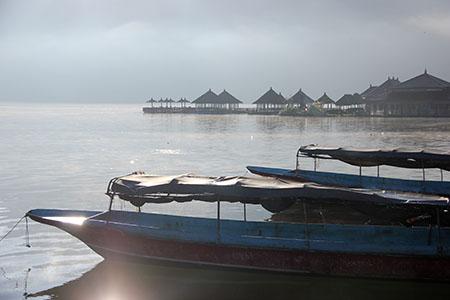 Bali lago Bratan barche per foschia mattutina