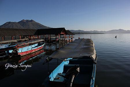 Bali lago Bratan barche sul lago con vulcano
