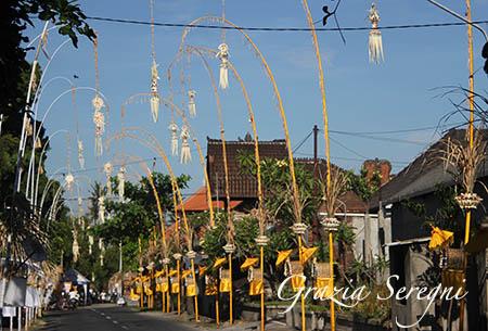 Bali strada addobbata per processione z2