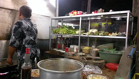 Bali street food ottimo, si mangia su panche comuni assai spartane ok