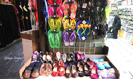 Qatar scarpe di ogni colore in palstica vIMG_9594