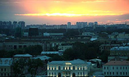San Pietroburgo dalla chiesa s isacco palazzo illuminato