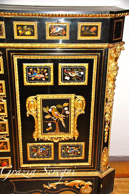 San Pietroburgo firma Ermitage particolare di mobile intarsiato