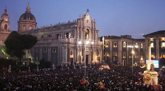 Catania 672 ok notte Duomo folla