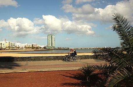 Arrecife. Biciclette lungo la spiaggia in centro città.
