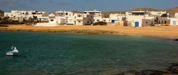 La Graciosa, piccolissima isola a nord di Lanzarote; Caleta de Sebo, porto di approdo da Lanzarote (40' di navigazione).