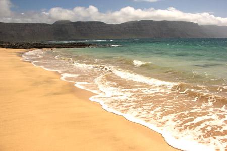 Vulcani spenti di Lanzarote da una spiaggia dell'isola La Graciosa.