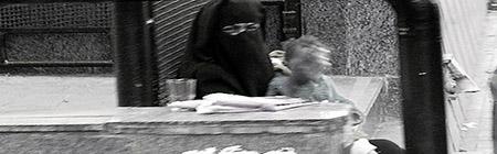 COVER DONNE  ALESSANDRIA D'EGITTO MUSSULMANA mette la mano davnti al viso del bimbo grigio