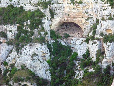 SICILIA Cavagrande DIERI vuole dire casa canjon abitato come Mat Mata in Tunisia nelle grotte ogni finestrella nasconde sino a 21 stanze su 3 livelli particolare delle entrate