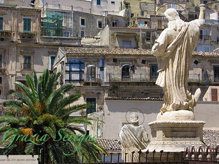 SICILIA Modica dalla scalinata del Duomo San Pietro ornata dalle statue degli apostoli