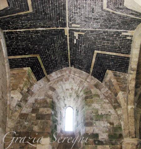 SICILIA Siracusa isola di Ortigia Castello Maniace parte del soffitto di una navata realizzato in pietra scura particolarmente leggera