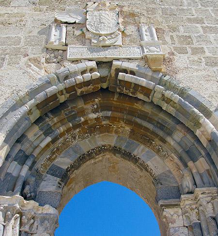SICILIA Siracusa isola di Ortigia Castello Maniace particolare dell'arco d' ingresso con lo stemma di Calo V
