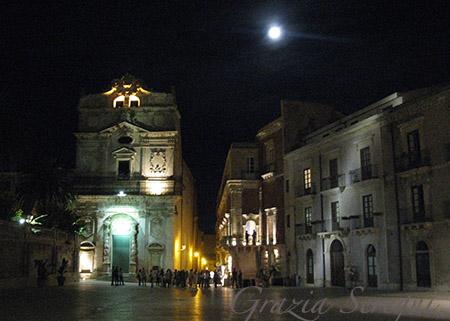 sicilia Siracusa piazza Duomo chiesa di Santa Lucia alla Badia con a fianco il Palazzo At Borgia del Casale
