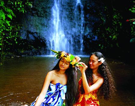 VahinÈ devant une cascade ‡ Tahiti