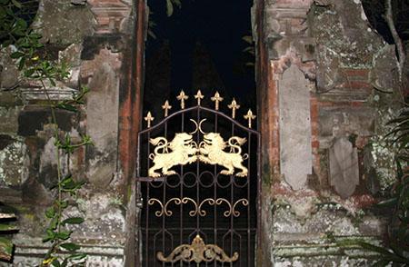 Bali Ubud particolare di cancello templio del re az