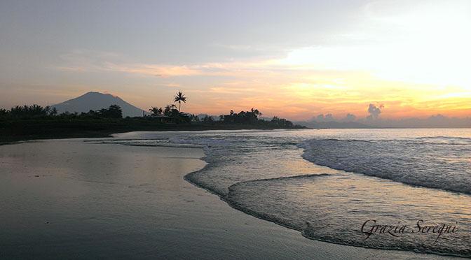 672 Bali alba con palme e vulcano ok