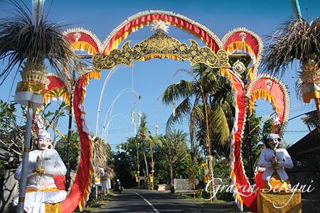 Bali strada addobbata per processione 3s