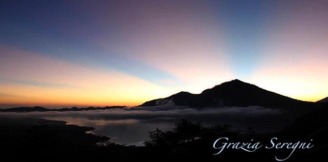 GRAZIA ARTE firma Bali 672 alba vulcano ok ok ok panorama alba lago vulcano vario